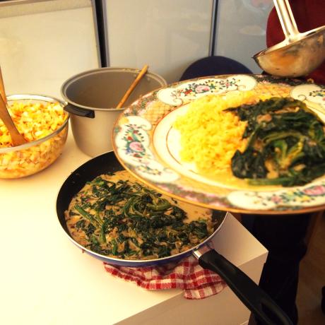 Le menu du jour : riz safrané, épinards frais, salade d'endives aux pommes et aux oignons.
