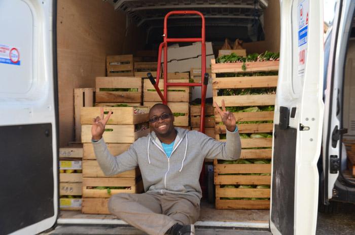 Lionel a terminé le chargement. Le samedi, c'est lui qui prend la route pour livrer les ruches parisiennes.