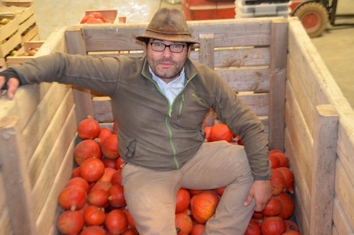 Yves, agriculteur mais aussi grand organisateur. La logistique, il l'améliore chaque semaine.