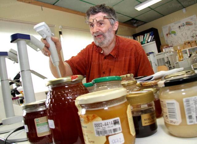 Paul Schweitzer dans son labo à traquer le faux miel.
