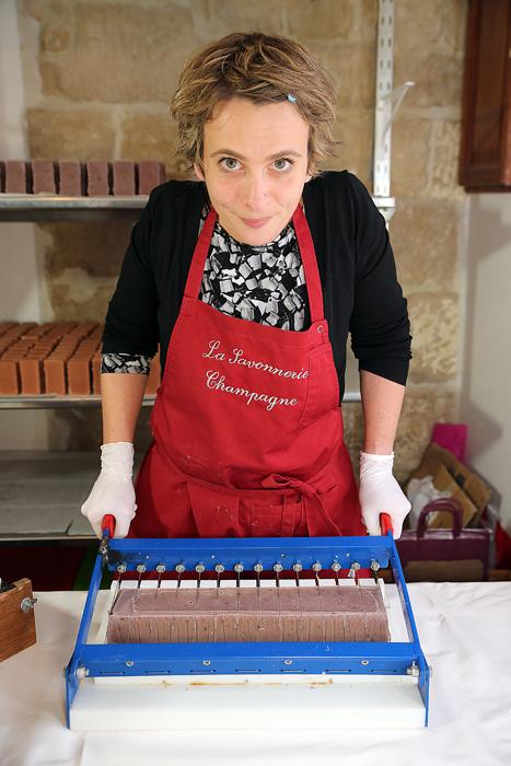 Un producteur en saponification à froid produit de 100 à 200 savons par jour maximum. Un bondillonneur peut sortir de son extrudeuse 2000 ou 3000 savons jours et changer les parfums et les couleurs au gré de ses envies.