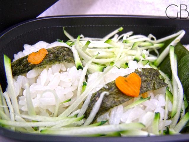 Il peut aussi se faire plus raffiné. Ici 2 onigiris ronds fourrés au navet salé sur un lit de courgettes râpées. http://www.gatodebento.com/42/le-bento-du-namourz-bento-1/