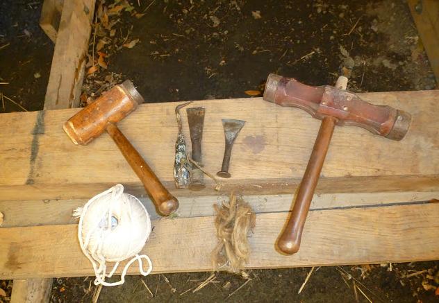 Les outils de la construction navale : l'étoupe, le maillet, le fer à calfat et le chanvre.