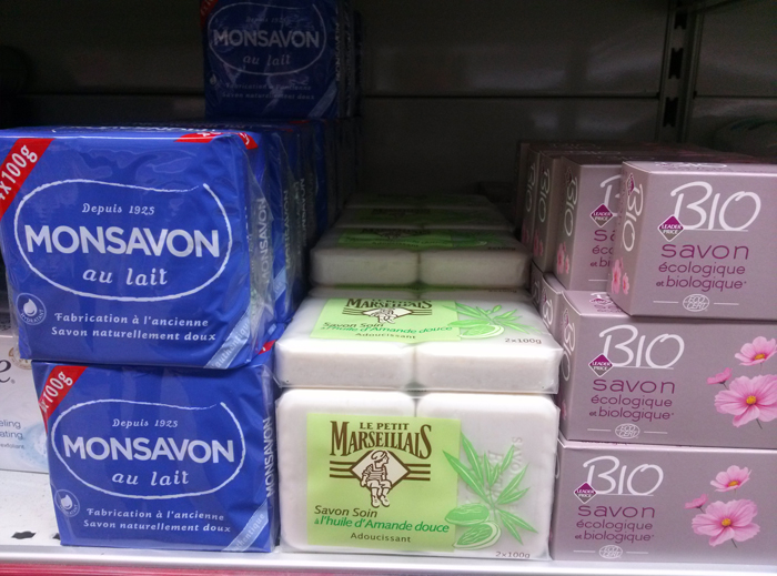 Les savons industriels utilisent des granulés de savons pas chers qu'ils broient, malaxent. Sont ajoutés ensuite à la pâte tout un tas d'additifs pas forcément fréquentables.