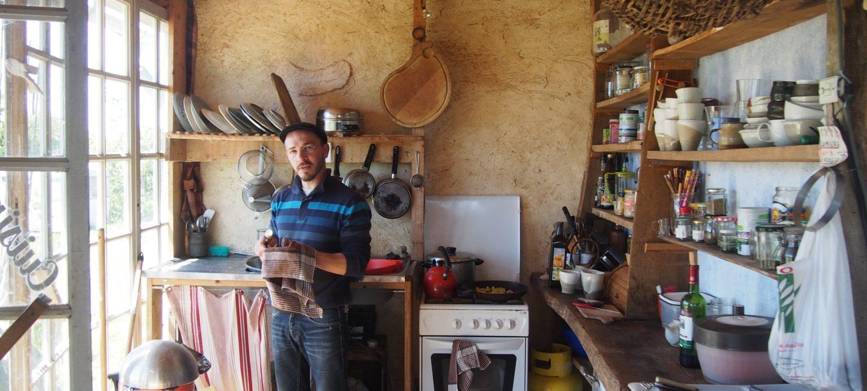 Antoine, qui prépare son déjeuner végétarien