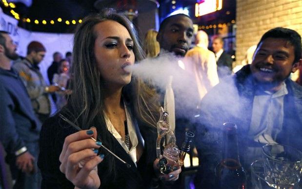 Une fumeuse de cannabis au Colorado, premier état des Etats-Unis à légaliser l'usage récréatif, en 2014 (Photo: AP Photo / Brennan Linsley / The Telegraph)