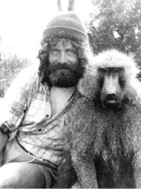 Robert Sapolsky, avec un ami babouin.