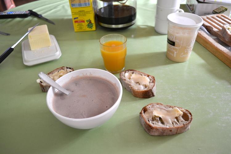 (5) A force de nourrir ça nous donne faim, 8h30 petit déjeuné avec bien sur un bol de lait ! Pratique qu'en nous en avons du frais tout les matins, plus qu'a y retourner le ventre plein !