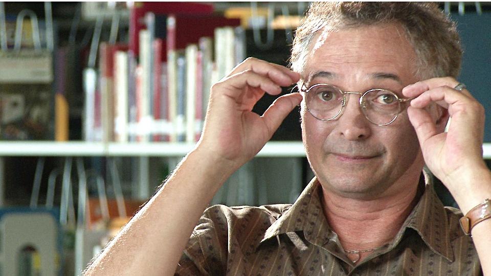 Normand Baillargeon, qui enfile ses lunettes (ça ne rigole plus).