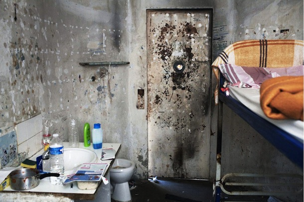 Cellule de confinement des hommes. Crédits photos : G. Korganow pour le rapport du CGLPL.
