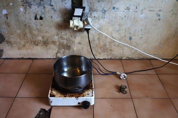 Une plaque de cuisson pour cuisiner. Crédits photos : G. Korganow pour le rapport du CGLPL.