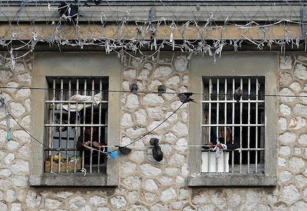 Prisonniers à la fenêtre de leurs cellules.
