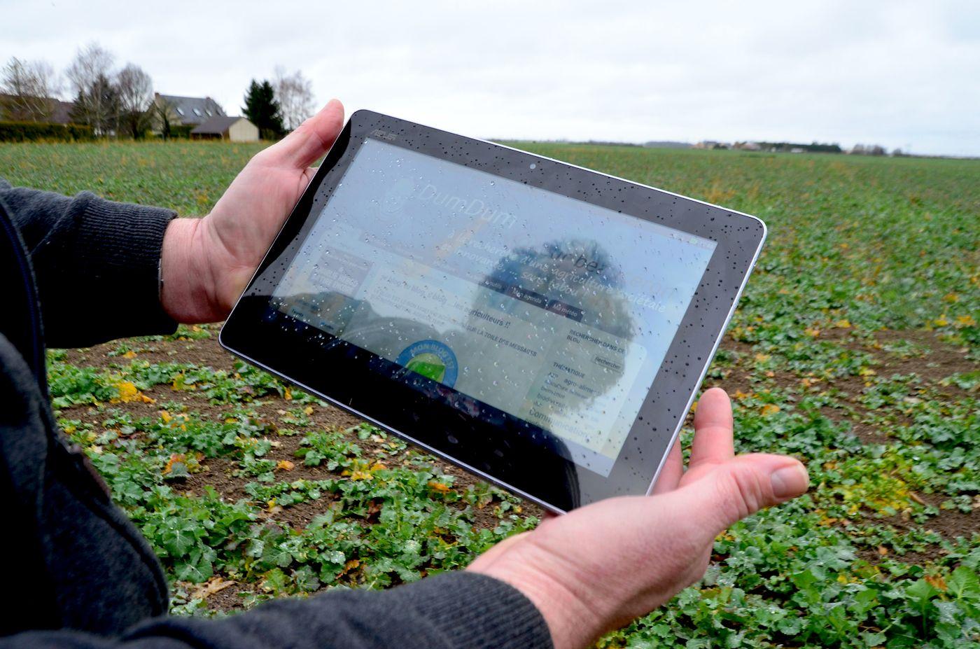 «Sur son blog et son compte Twitter, le quadragénaire donne le ton et se présente comme « un cultivateur Beauceron à la recherche d'une agriculture sociétale et innovante, ... sans tabou ! Bordel !».