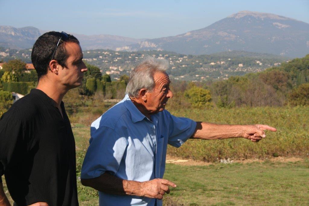 Yann, à gauche, écoute l'expérience d'un floriculteur expérimenté.