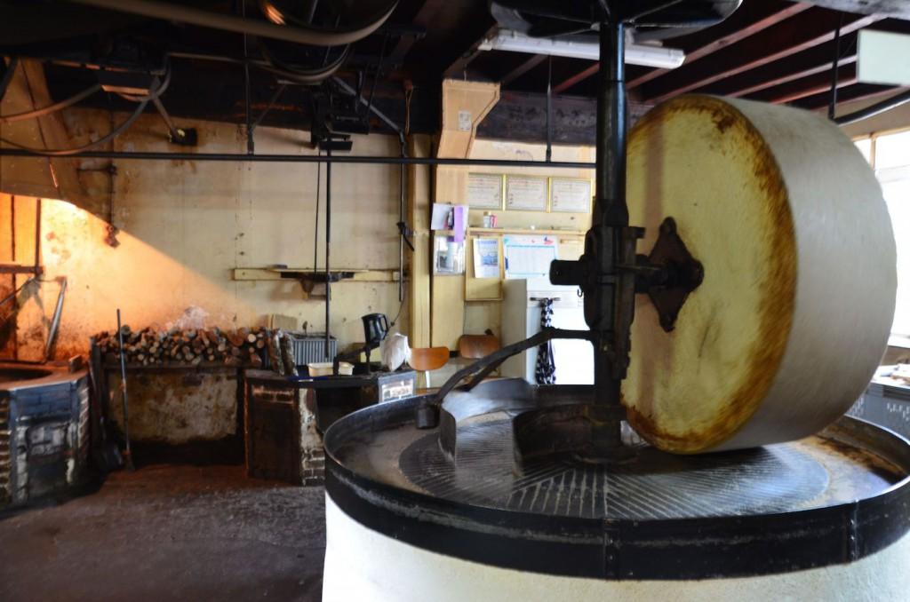 La meule de pierre, pièce maîtresse du moulin