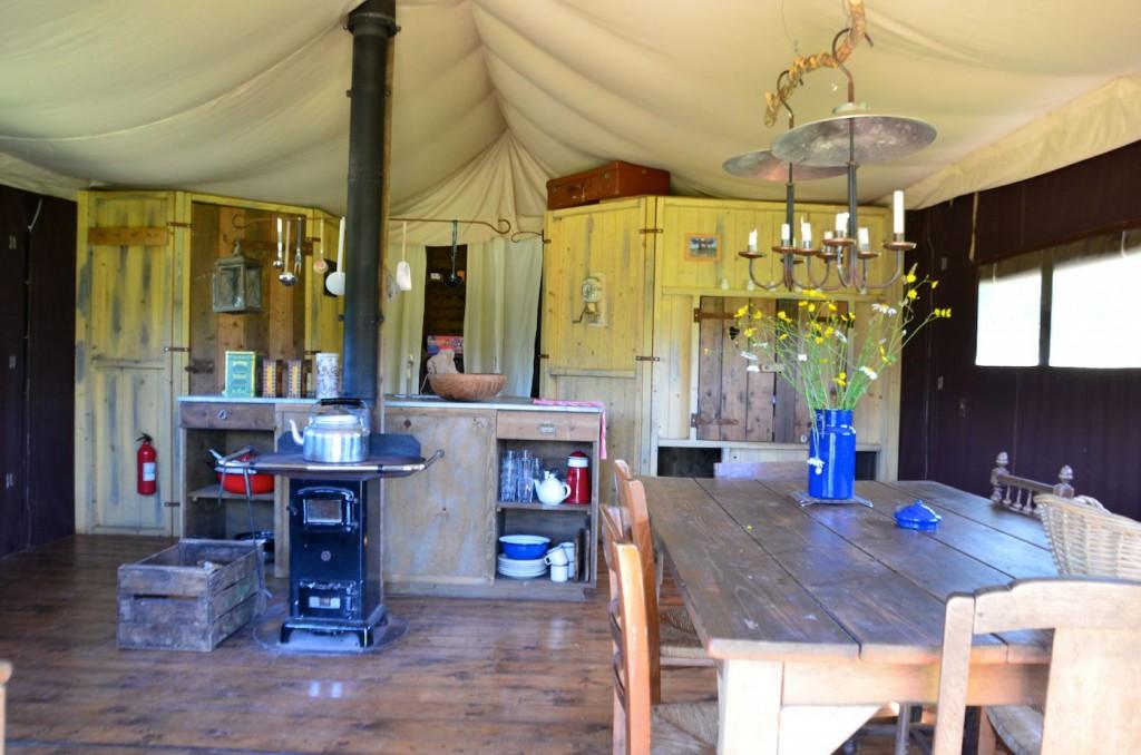 Home sweet home. L'intérieur de la tente avec son poêle central.