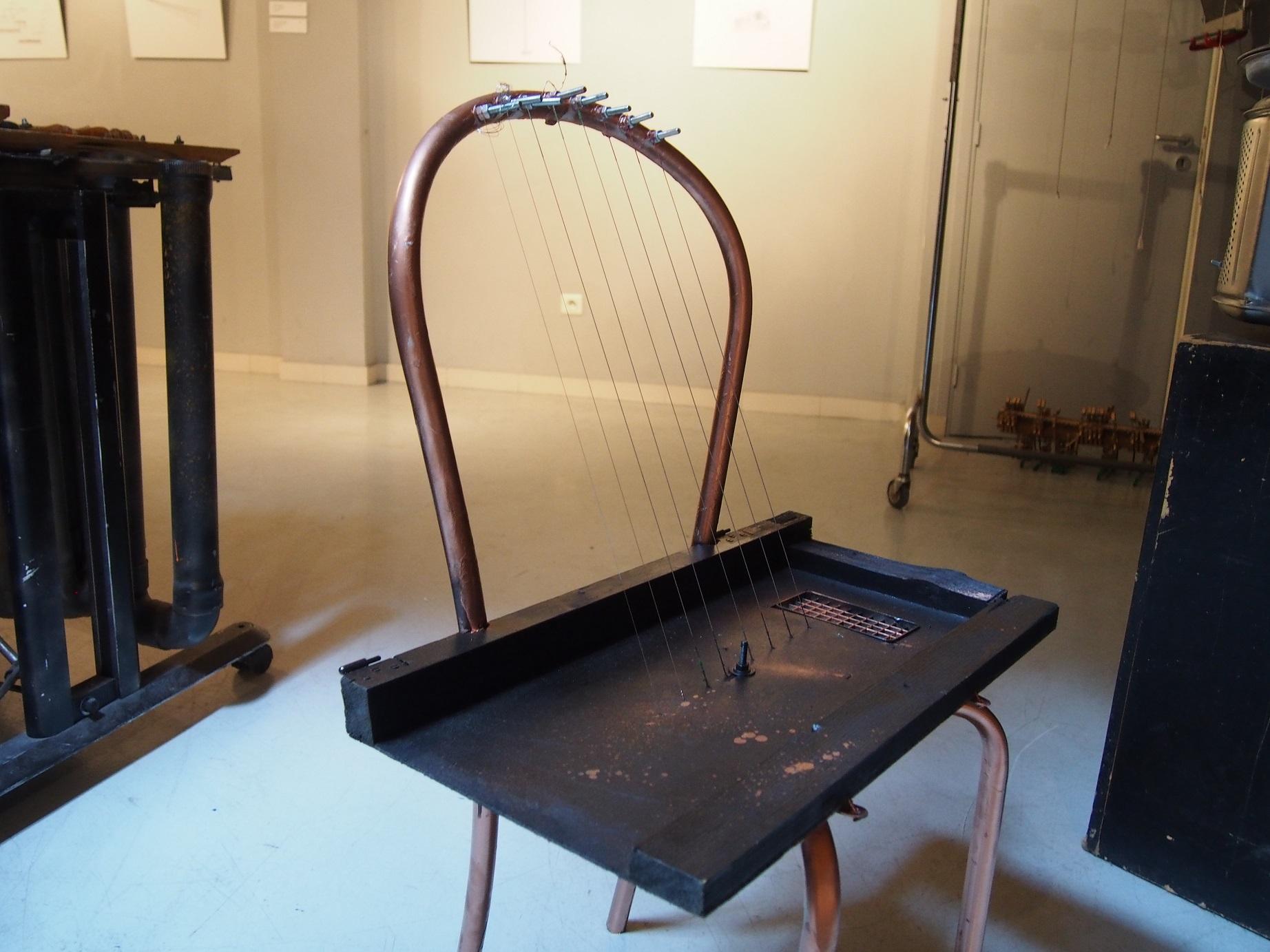 Une chaise à cordes pincées.