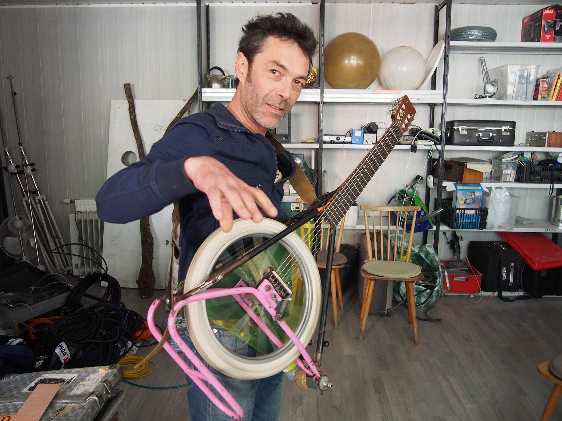 Benoit, plasticien, nous présent sa guitare en roue de vélo.