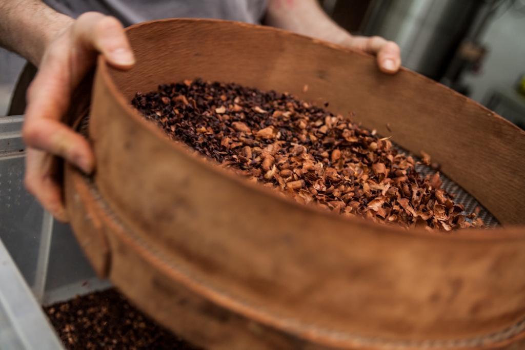Les fèves sont décortiquées, broyées à la meule de pierre pendant de très longues heures.