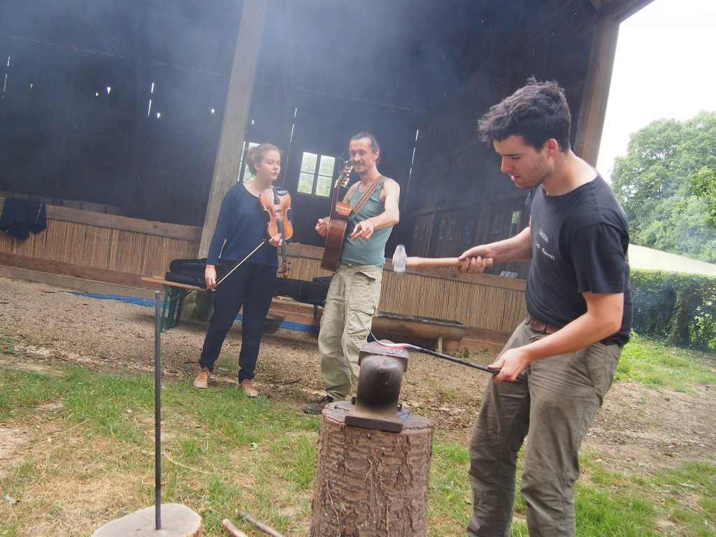 Pierre, le forgeron, habite un moulin de l'autre côté de l'étang.