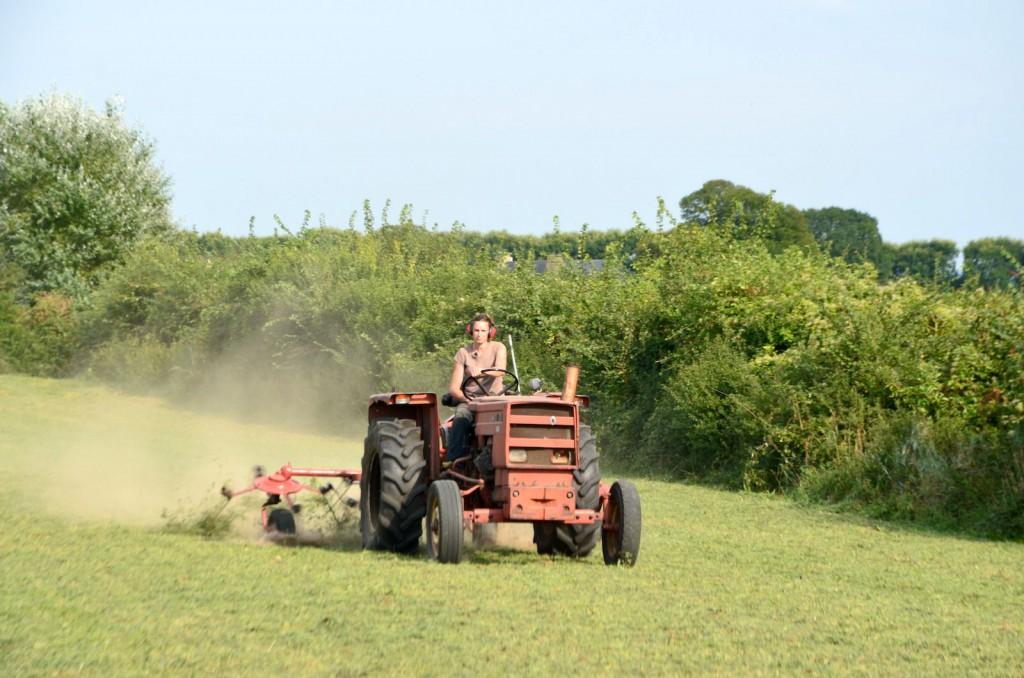 «Parfois je peste sur notre vieux tracteur, confie Marie mais je me rappelle aussitôt que le faible coût de la carlingue nous a permis de ne pas nous endetter.»