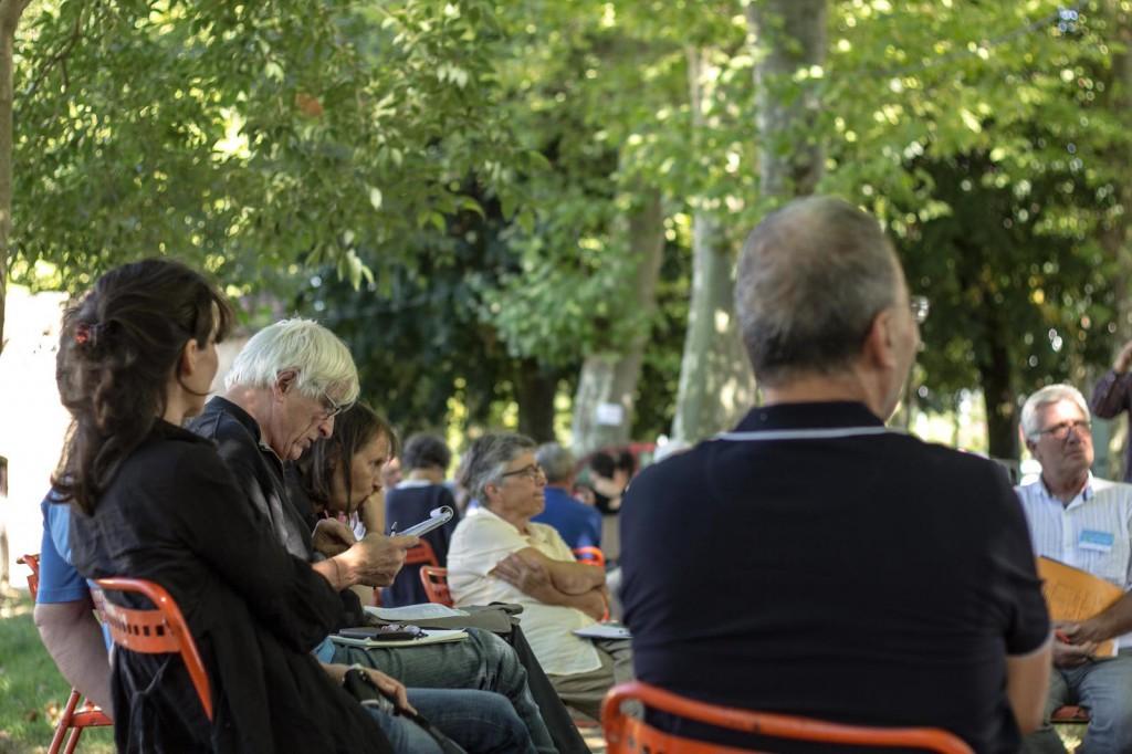 Mardi 28 juillet, à l'ombre des platanes, les cercles d'échanges animés par la Mission Agrobioscience permettent à chacun, dans un premier temps, d'argumenter les controverses en comités réduits.