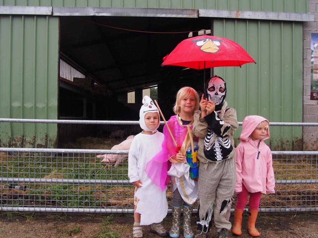 Ce jour là sur la ferme, les enfants étaient déguisés. Sûrement pour impressionner les filles.