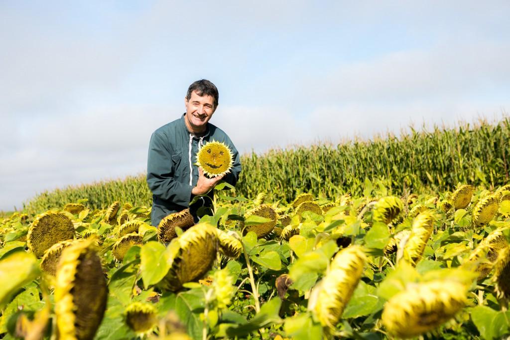 Jacky Berland entre sa parcelle de maïs (en arrière plan) et de tournesol. Il crée ainsi des ruptures de culture afin d'avoir une diversité végétale dans l'espace pour la faune sauvage et favoriser toute la chaîne alimentaire. © Thomas Louapre