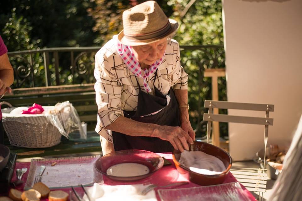 Mamie Régale se veut transparente : les repas coûtent 12€ (plat + dessert) dont 1€ revient à l'entreprise, 3€ au toqué, 4€ à la Mamie, 1€ de frais de service et 3€ de matières premières.
