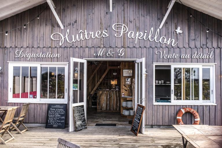 La cabane des huîtres Papillon, lieu de dégustation et de vente installée sur la digue, est une barque bien menée permettant la vente, en circuit court, du fruit du labeur de l'ostréiculteur Marc Druart. ©Olivier Cochard