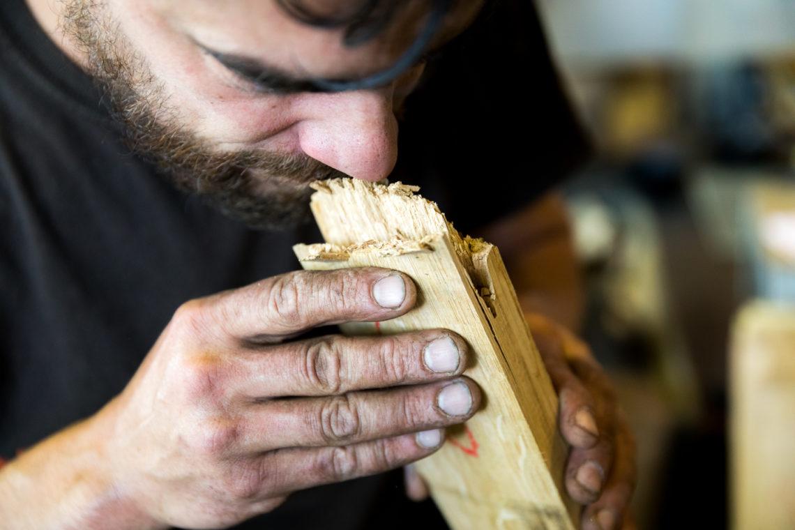 C'est à la chauffe que le chêne de la forêt de Tronçais libère les arômes qu'il confiera ensuite au vin.©Thomas Louapre