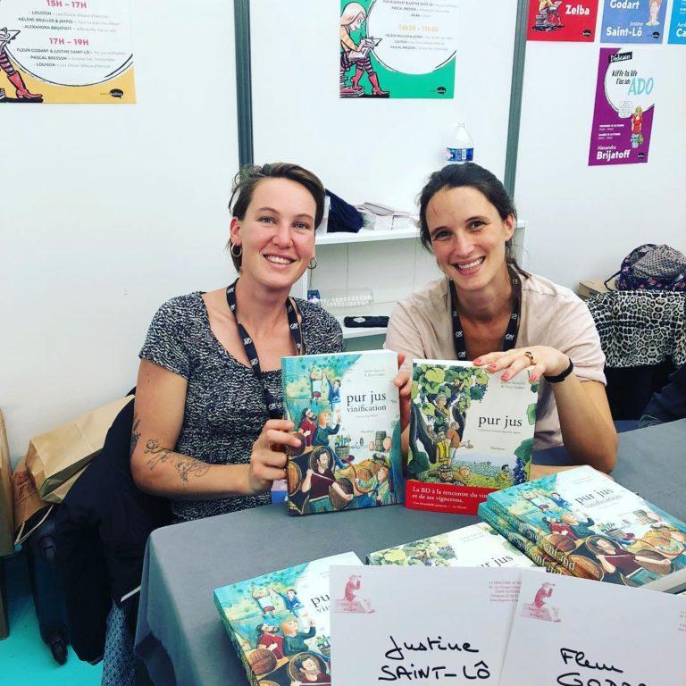 Fleur Godart et Justine Saint-Lô, autrice et dessinatrice de la bande-dessinée Pur Jus